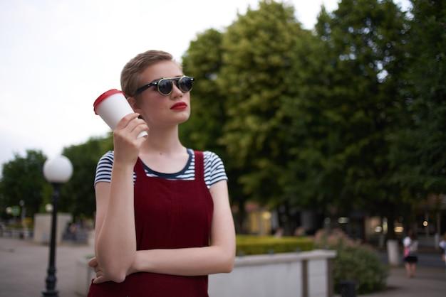 サングラスをかけている通りで短い髪の女性