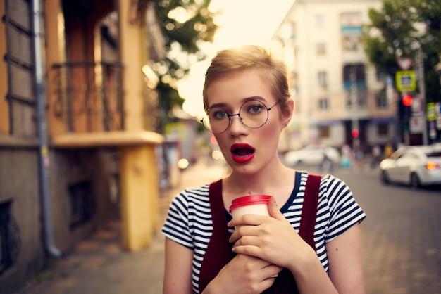 飲み物のライフスタイルの屋外カップの短い髪の女性。高品質の写真