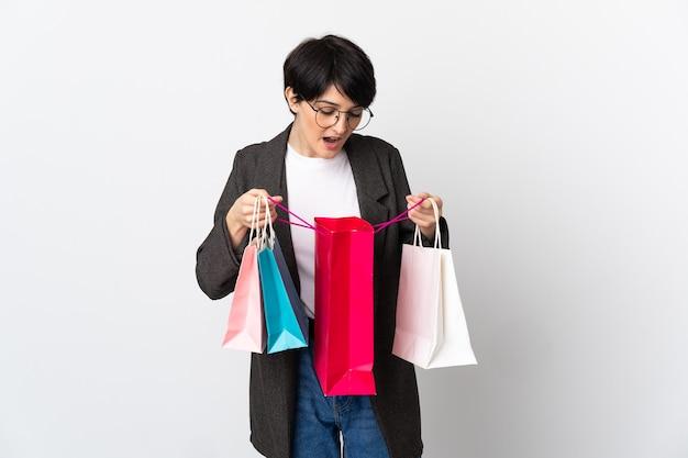 쇼핑백을 들고 내부를 보는 동안 짧은 머리를 가진 여자