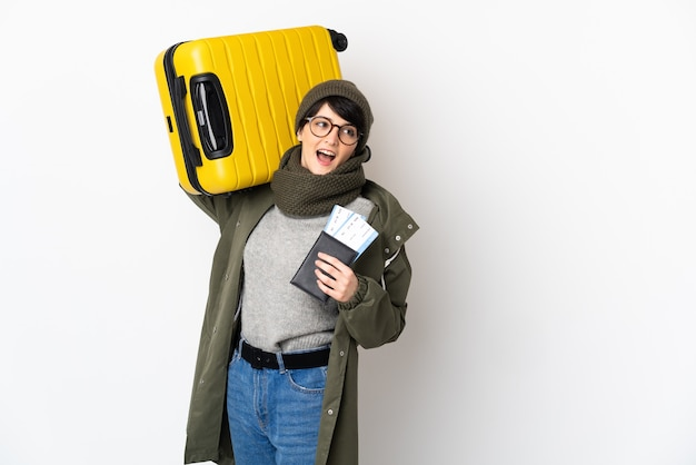 スーツケースとパスポートで休暇中に短い髪の女性
