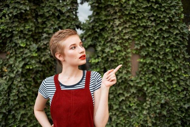 公園を歩いている短い髪の女性一杯のコーヒー夏のライフスタイル