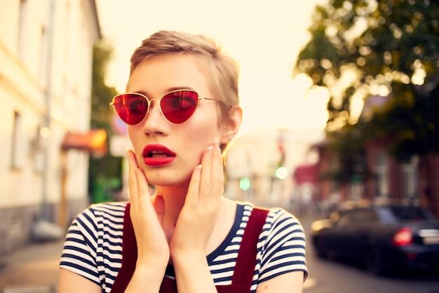 屋外ロマンスサングラスをかけている短い髪の女性。高品質の写真