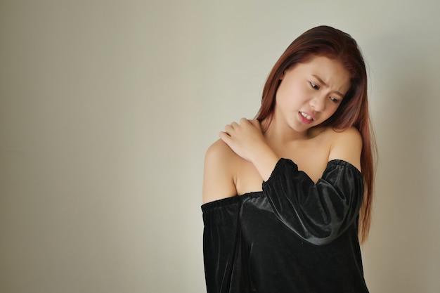 肩や首の痛み、こわばり、けがのある女性