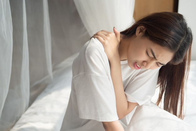 Женщина с болью в плече или шее