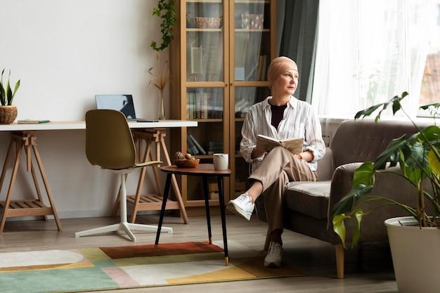 Женщина с раком кожи проводит время дома
