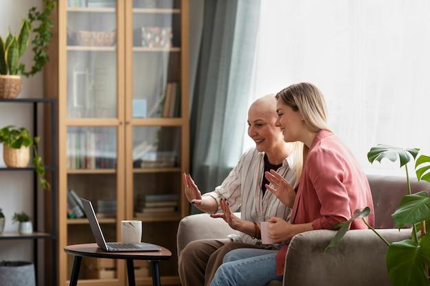 Женщина с раком кожи проводит время со своим лучшим другом