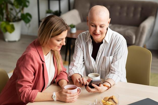 Женщина с раком кожи проводит время со своим другом