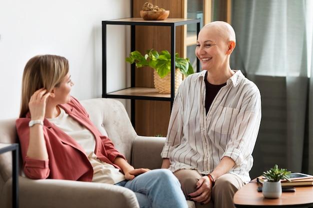 그녀의 친구와 함께 시간을 보내는 피부암을 가진 여자