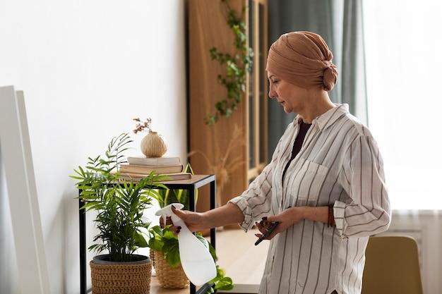 Женщина с раком кожи заботится о своих растениях