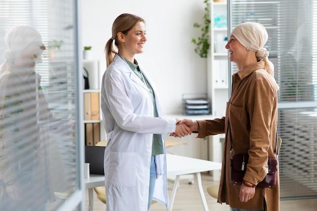 Donna con cancro della pelle che parla con il suo medico