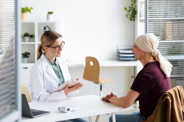 그녀의 의사와 이야기하는 피부암을 가진 여자