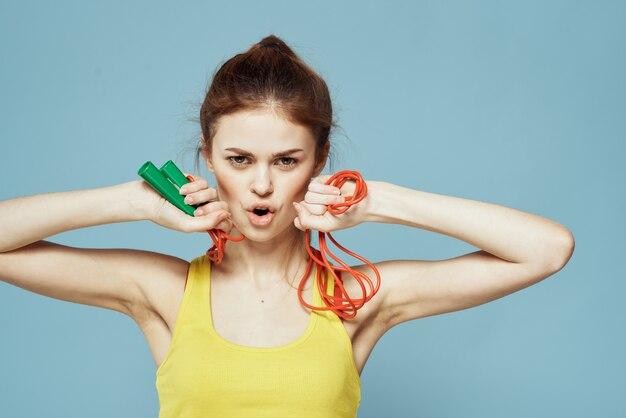 Женщина со скакалкой готовится к фитнесу