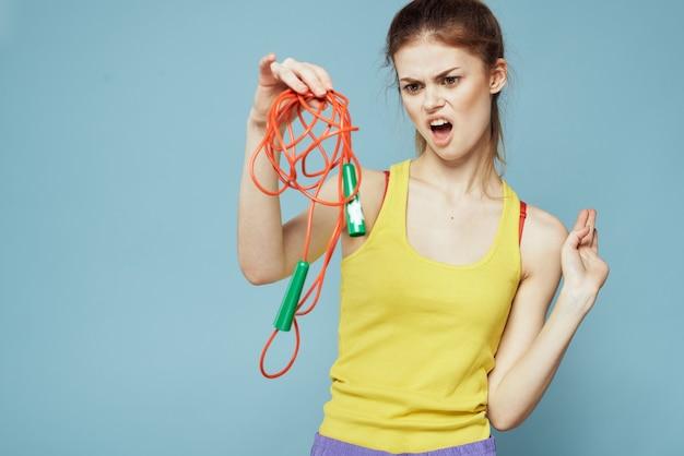 縄跳びスポーツ運動黄色のタンクトップブルーの女性