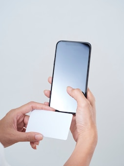 Женщина со смартфоном и кредитной картой