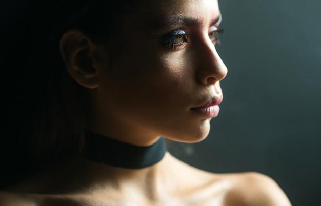 부드러운 피부 꿈꾸거나 생각하고, 외로운 여자. 아름다움과 패션 소녀. 세련된 소녀, 메이크업 트렌드의 패션 모습. 여자 아름다움.