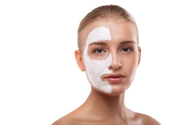 孤立した彼女の顔にスパマスクを持つ女性