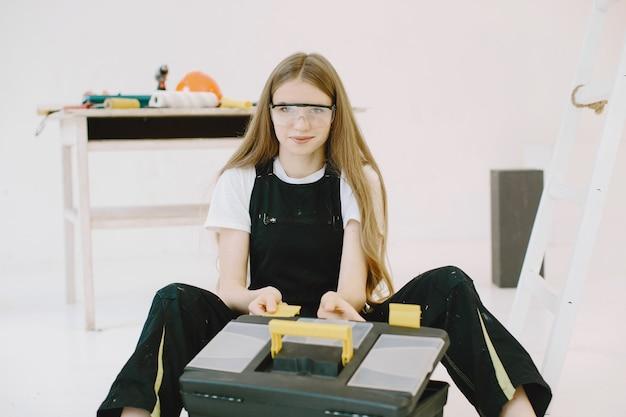Donna con strumenti speciali in occhiali protettivi