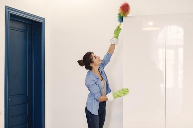 Donna con spugna e guanti di gomma pulizia casa