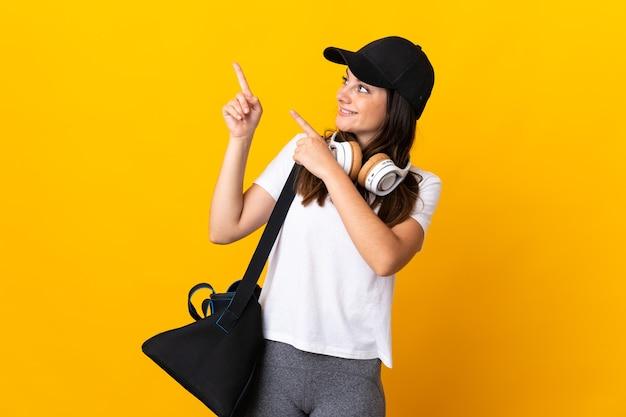 スタジオでスポーツバッグを持つ女性