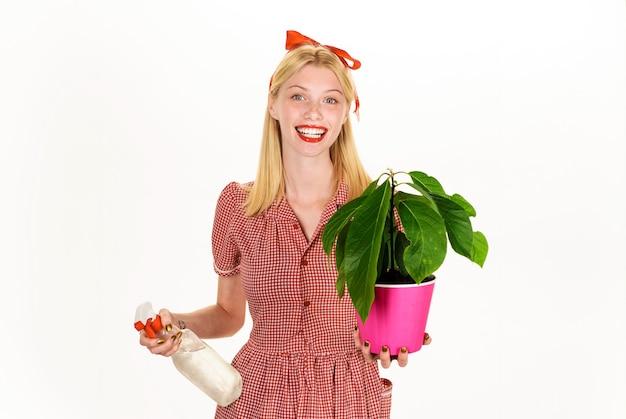 Женщина с распылителем распыления комнатного растения. концепция полива. орошение. девушка позаботиться о цветке.