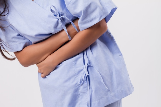 Женщина с болями в животе, менструальными спазмами, болями в животе, пищевым отравлением.