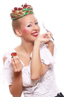 Donna con fragola nella sua acconciatura
