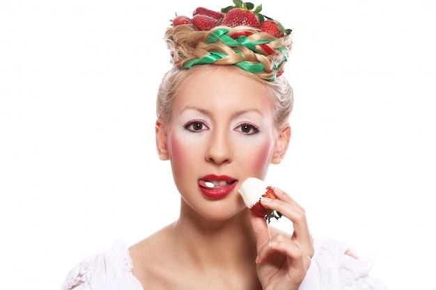 彼女の髪型でイチゴを持つ女性