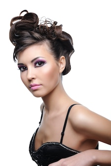 Donna con acconciatura alla moda stile e trucco viola brillante