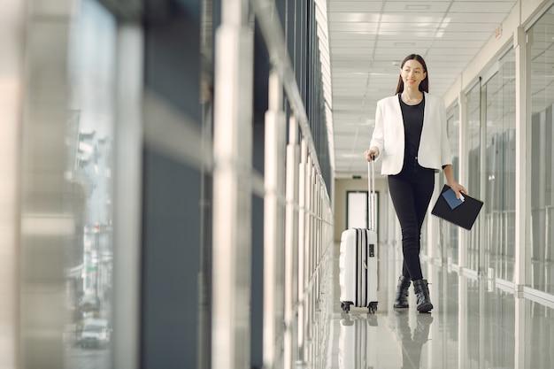 Женщина с чемоданом в аэропорту