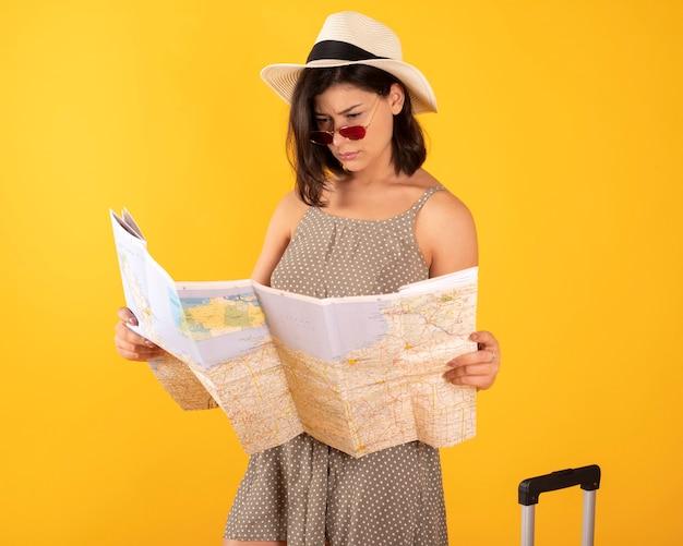 スーツケースコンサルティングマップを持つ女性
