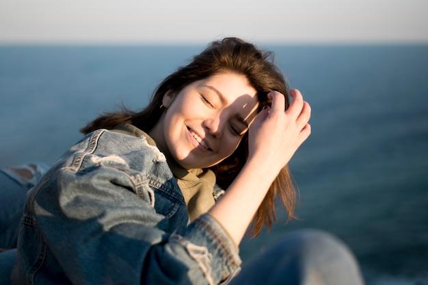 Donna con il sole nei suoi occhi