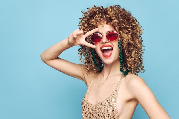 Женщина в темных очках и вьющимися волосами