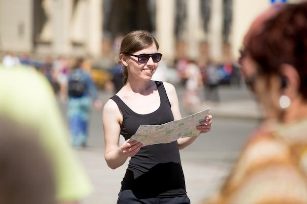 Женщина с очками, глядя на карту