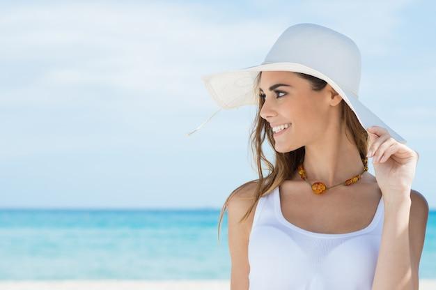 ビーチで日光浴を持つ女性