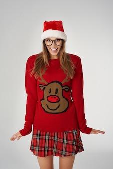 Donna con maglione di una renna