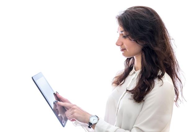 白い背景で隔離のタブレットを持つ女性
