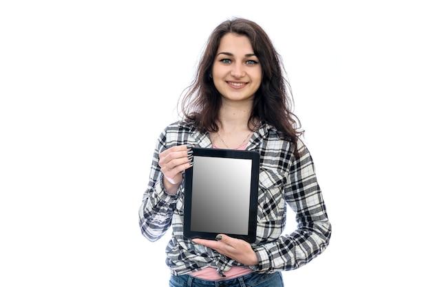 Женщина с планшетом, изолированные на белой стене