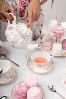 Женщина с составом чаепития