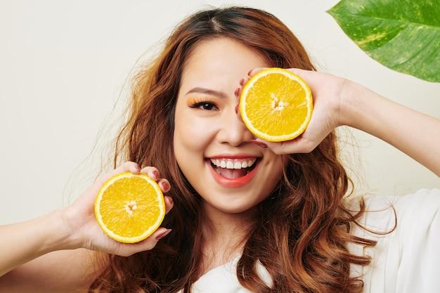 オレンジを持つ女性