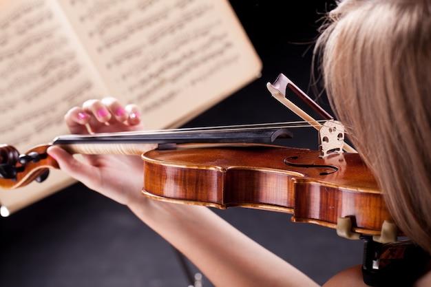 バイオリンを持つ女性
