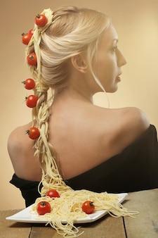 Женщина с помидорами и спагетти в волосах