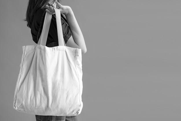 Donna con una tote bag