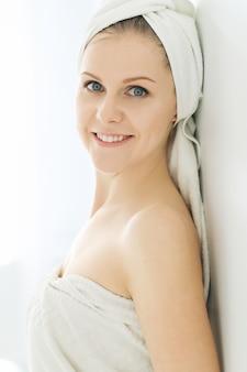 シャワー後の頭と体にタオルを持つ女性