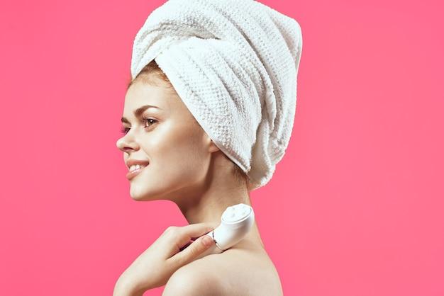 머리 청소 피부 치료 근접 촬영에 수건을 가진 여자