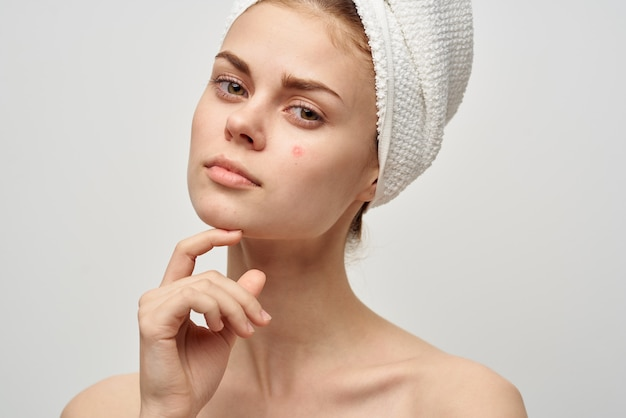 Женщина с полотенцем на голове обнаженные плечи очистить кожу от прыщей спа-процедуры