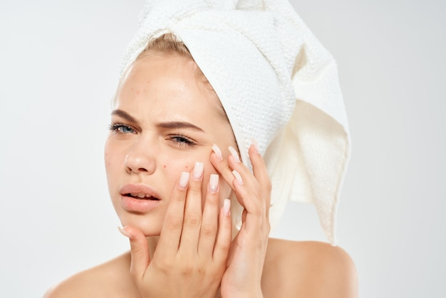 頭にタオルを持った女性スキンケア皮膚科不満の問題