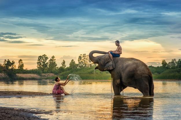 태국 전통 드레스와 여자 코끼리 마을, 수린, 태국에서 그녀의 코끼리를 안 아