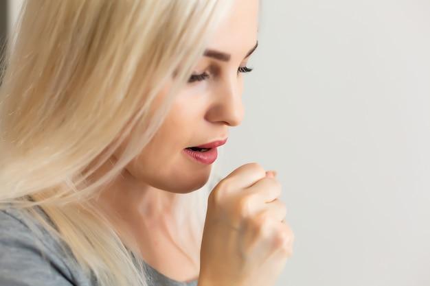 파란색 배경에 결핵 문제가 있는 여성