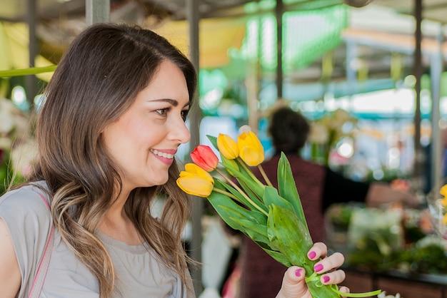 Donna con tulipani. bella donna con fiori. delicata e bella donna odore di tulipani