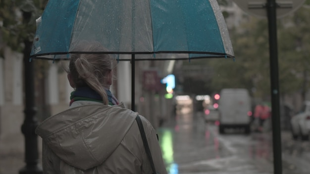 Женщина с зонтиком в осенний вечер
